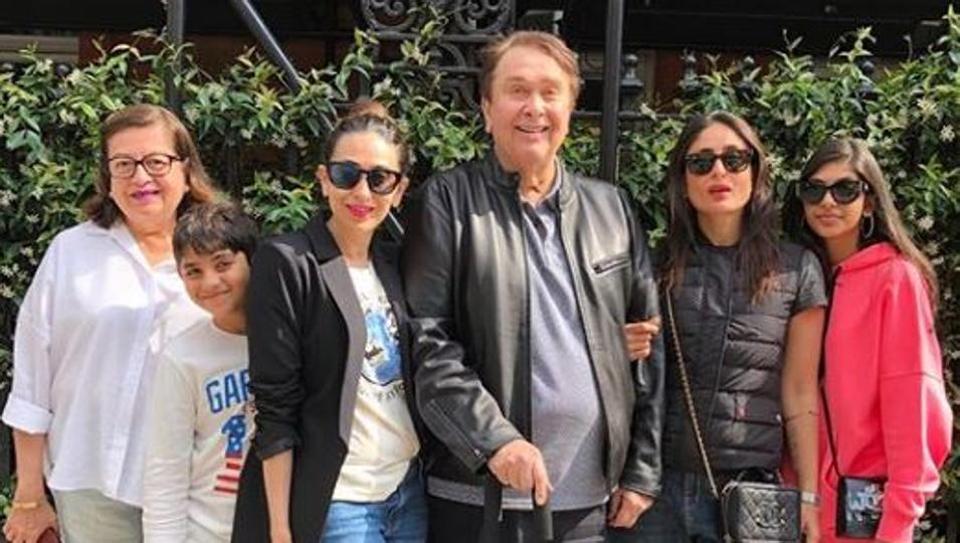 Kareena Kapoor Poses For Family Pic With Karisma Kapoor Parents Randhir And Babita In London Where S Taimur Hindustan Times